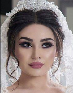 Bride Makeup Based On Your Eye Color – The World Of Lingerie - Wedding makeup Bridal Makeup Looks, Wedding Hair And Makeup, Bridal Looks, Hair Makeup, Clown Makeup, Bridal Beauty, Make Up Looks, Makeup Trends, Makeup Ideas