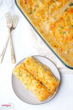 Creamy White Chicken Enchiladas. Flour tortillas stuffed withy cheesy chicken and topped with a creamy white sauce and shredded cheese. The perfect easy Mexican dinner recipe. Easy Chicken Pot Pie, Cheesy Chicken, Easy Chicken Recipes, Chicken Meals, Fried Chicken, Easy Chinese Recipes, Mexican Dinner Recipes, Mexican Dishes, Chicken Enchiladas White Sauce