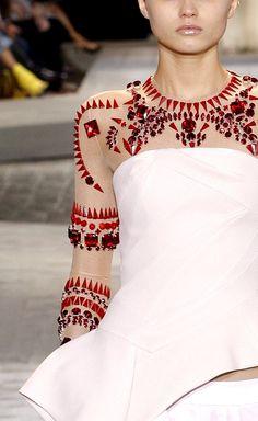 http://www.beadshop.com.br/?utm_source=pinterest&utm_medium=pint&partner=pin13 desfile de moda com strass e pedrarias vermelho