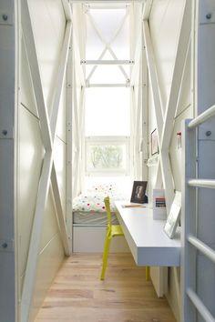 Świetne wykorzystanie bardzo wąskiej przestrzeni. Jesteśmy na tak! #wnętrza #biuro #małewnętrza