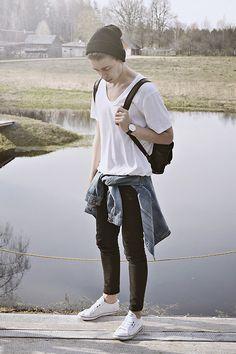 無地白Tシャツ×黒パンツにGジャン腰巻き