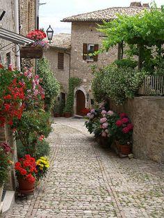 visitheworld: Uma rua linda no hilltown de Montefalco, Úmbria, Itália (por Deanna Keahey).