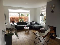 VT wonen binnenkijken, houten vloer en grijze feature wall