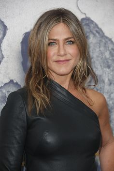 fashion.hellomagazine.com imagenes fashion-news 201704056327 jennifer-aniston-justin-theroux-leftovers-premiere 0-48-36 jennifer-aniston-beauty-look-a.jpg