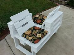Love seat made from recycled pallets salon de jardin palettes, palette deco Pallet Garden Benches, Pallet Crates, Pallet Art, Wooden Pallets, Diy Pallet Furniture, Diy Pallet Projects, Outdoor Projects, Woodworking Projects, Pallet Ideas