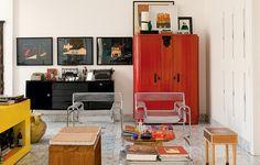 O living tem móveis antigos e de design, como as poltronas Wassily, restauradas com fios de plástico tipo espaguete. O armário vermelho guarda brinquedos de uma casa com crianças. Projeto do arquiteto Leo Romano