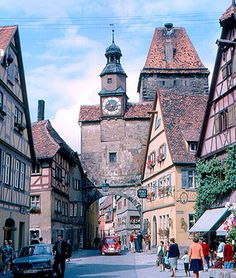 城壁に囲まれた街は、まるで魔女の宅急便の世界のよう。紀元前500年から残る歴史ある街並みを、ゆっくりと散策してみたいですね。