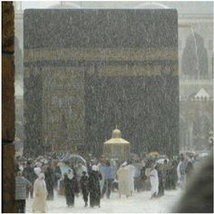 When it rains in Masjid-al-Haram, Makkah. Mecca Madinah, Mecca Masjid, Masjid Al Haram, La Ilaha Illallah, Mekkah, Saints, Les Religions, Beautiful Mosques, Islam Religion