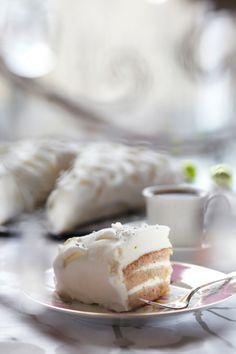 Enkelinsiipi-täytekakku - Angel cake. Food & Style Emilia Kolari Photo Satu Nyström Maku 6/2012 www.maku.fi