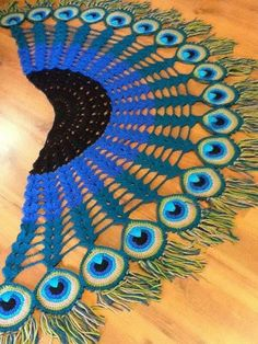 Peacock shawl-Inspiration since it's in a different language. I think just adding the peacock motifs on edge of a shawl would be pretty! Marque-pages Au Crochet, Poncho Au Crochet, Crochet Cardigan Pattern, Crochet Motifs, Crochet Scarves, Irish Crochet, Crochet Clothes, Crochet Patterns, Peacock Crochet