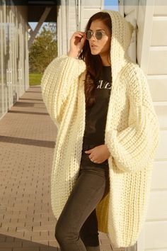 Oversize chunky gilet à capuche en tricot main crème gilet en | Etsy Mohair Cardigan, Alpaca Coat, Knitted Coat, Pullover Mode, Hooded Cardigan, Cardigan Pattern, Thick Sweaters, Sweater Fashion, Cardigans For Women