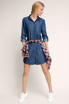 Wir lieben Denim, denn kaum ein anderer Stoff lässt sich so entspannt und gleichzeitig so extravagant in Szene setzen: Das originelle Hemdkleid bringt jedenfalls alles mit, was wir uns von einem echten Trend-Piece für den Frühling wünschen: viel Style, luftig-leichten Tragekomfort und jede Menge Trendpotenzial!