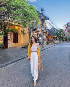 Image may contain: one or more people, people standing and outdoors Informations About Linh Hương Tr Korean Girl Fashion, Korean Fashion Trends, Korean Street Fashion, Ulzzang Fashion, Korean Casual Outfits, Cute Casual Outfits, Pretty Outfits, Stylish Outfits, Fashion Photography Poses