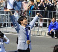 凱旋パレードで沿道のファンに手を振る羽生=26日午後、仙台市(土谷創造撮影)