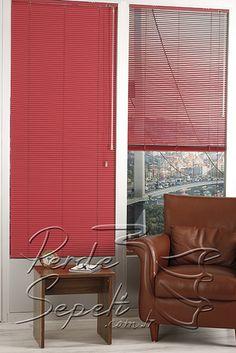 Kardinal Kırmızı Alüminyum Jaluzi 16mm Perde - Alüminyum jaluzi perdeleri güneş ışığının içeriye girmesini istediğimiz şekilde ayarlayabiliriz. Genellikle ofislerde ve modern döşenmiş mekanlarda tercih edilse de tüm mekanlar için düşünülebilir. Alüminyum jaluzi perdeler kumaş stor perdelerle yarışırcasına geniş renk seçenekleri sunar. Tavana, duvara ve pencere doğramalarına kolay monte edilir. 16mm ve 25mm olarak temelde iki çeşit olmakla birlikte kendi içinde de düz,mat,parlak, simli, ahşap…
