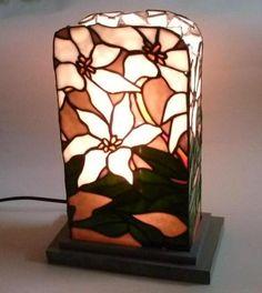 ステンドグラス 画像掲示板 Stained Glass Paint, Stained Glass Flowers, Xmas Lights, Fairy Lights, Tiffany Glass, Pretty Lights, Lampshades, Fused Glass, Light Up