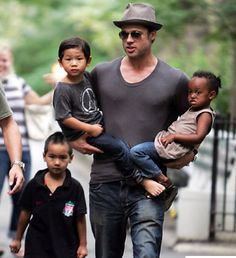Brad Pitt Love this dude to pieces. What a great Father. Angelina Jolie Children, Brad Pitt And Angelina Jolie, Jolie Pitt, Shiloh, Daddy, Angelina Jolie Hijos, Brad Pitt Kids, Hot Dads, Pregnant Celebrities