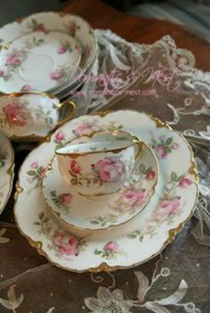 I would love to have some afternoon tea in these tea cups with my mother. Antique China, Vintage China, Rosen Tee, Café Chocolate, Vintage Dishes, Vintage Teacups, Antique Dishes, China Tea Cups, Teapots And Cups