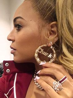 Songstress and Diva Beyonce is currently showing off her new diamond ring which she is dedicating to her children. The new bling has the l. Beyonce 2013, Rihanna, Beyonce Knowles Carter, Beyonce And Jay, Beyonce Memes, Beyonce Quotes, Little Princess, King B, Blue Geode