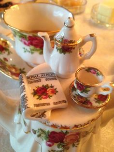 Old Country Roses---Duo + Cardew Teapot Teapots And Cups, Teacups, Country Rose, Rose Decor, China Sets, Tea Cozy, Tea Art, Chocolate Pots, China Patterns