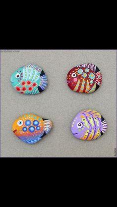 fish rocks - fun to get creative. Pebble Painting, Pebble Art, Stone Painting, Stone Crafts, Rock Crafts, Arts And Crafts, Crafts With Rocks, Fish Rocks, Pet Rocks