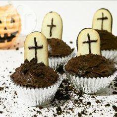 Cimitero di cupcake @ allrecipes.it - Cupcake facilissime perfette per Halloween, la stagione del dolcetto o scherzetto. Sono sempre un successone alle feste di bambini. Se si desidera si può realizzare la propria ricetta di cupcake al cioccolato piuttosto che farle con un preparato per dolci.