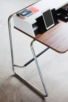 thonet S 1200 desk optimizes workspace for tablets + accessories