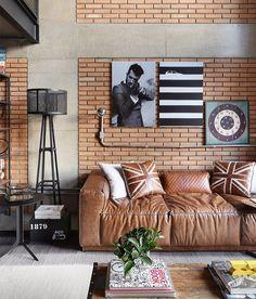 Sofá de couro é um clássico, combine com elementos divertidos, como quadros e almofadas para deixar o espaço moderno.