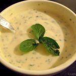 Orientalischer Joghurt-Dip mit Sesam, Minze und Honig