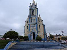 Lavras do Sul - Rio Grande do Sul - Brasil Bem no centro fica a igreja matriz de Santo Antônio, de arquitetura portuguesa da primeira metade do século, com pinturas sacras à óleo no teto do altar, feito em madeira de lei no estilo barroco.