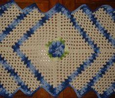 Passadeira de croche feita com barbante crú e detalhado com tons de azul e com flor. Pode ser usada também como caminho de mesa,. Fica lindo.