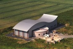 Salle de Sports: Toiture courbe en membrane P.V.C. Quonset Hut Homes, House Roof, House Design, Mansions, Architecture, House Styles, Building, Shell, Metal