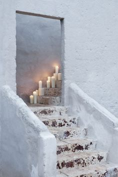 White stucco exterior with candlles on stairs//