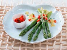 Grüner Spargel ist würzig im Geschmack, schnell zubereitet - und wunderbar vielfältig: Grüner Spargel schmeckt gebraten, als Salat, zu Pasta oder zu Fisch.