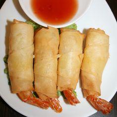 Kung sarung4 rouleaux de crevettes et poulet marinés dans une feuille de riz frite, servie avec notre sauce aigre-douce faite maison    Fried shrimps stuffed with home-made sauce sweet and sour sauce