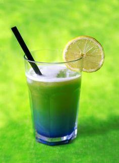 Lecker fruchtiger Cocktail mit Apfelsaft und Blue Curacao. Schnell gemacht, auch ohne Cocktailshaker.
