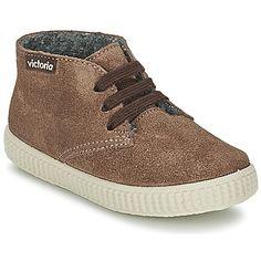 Dinámica y con una atractiva silueta urbana: así se presenta la nueva zapatilla alta de la marca Victoria. Su corte en piel en color marrón le da un toque deportivo muy actual. La 6788 tiene además un forro en textil y una suela de sintético. Un modelo que seducirá los niños fans de las deportivas. #zapatillas #zapato #victoria #kids #modaniños #moda http://www.spartoo.es/Victoria-SAFARI-SERRAJE-x423413.php