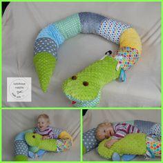 Wąż, wałek do łóżka, żeby dziecko na ścianę nie wpadało.