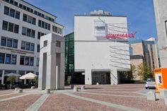 Lust auf einen gemütlichen Film-Abend nach einem Kongress-Tag in Stuttgart? Kein Problem in der Liederhalle: Nur wenige Meter von unserem Haus entfernt liegt das CinemaxX, das größte Kino-Center weit und breit. Dort laufen aktuelle Blockbuster und viele mehr! Das aktuelle Filmprogramm finden Sie hier: www.cinemaxx.de