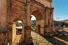 Arco de Septimio Severo  Sus muros esculpidos muestran escenas de la victoria en la batalla contra los partos el año 230.