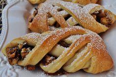 Un classico, il connubio tra mela noci e cannella, tre ingredienti che si sposano perfettamente tra loro. Sapore d'inverno, di sere al caldo, di caldi tisane e di merende accoglienti davanti …