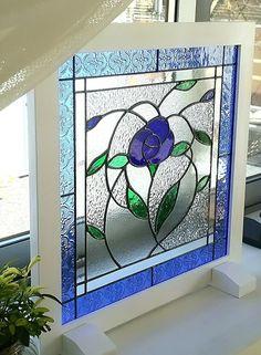 日射しを浴びて、たおやかに戯れるブルーroseをイメージして作りました、ステンドグラスのパネルです。ブルーroseは、アンティークのとても良いガラスを使用して...