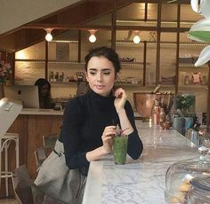 Find images and videos about girl, cute and pretty on We Heart It - the app to get lost in what you love. Lily Collins Style, Lily Collins Casual, Lily Collins Fashion, Mode Simple, Girl Crushes, Role Models, Style Icons, Vintage Fashion, Vintage Style