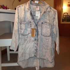 NWT Acid Wash Hi-Lo Button-down Shirt This acid wash hi-lo button-down shirt is a super cool piece. NWT. It just isn't my style, but I hope someone else will love it! H&M Tops Button Down Shirts