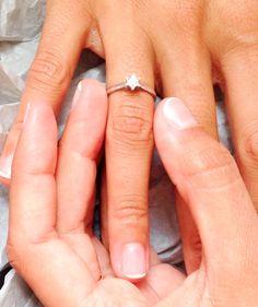"""Anillo """"WHITE WISH CIRCONITA"""", oro blanco y circonita  Anillo de pedida en oro blanco,  circonita de 2 mm engarzada en estrella. Anillo clásico con un toque diferente. Con este anillo """"Sí, quiero"""" http://www.sarah-jewels.com/producto/solitario-engarce-estrella/"""
