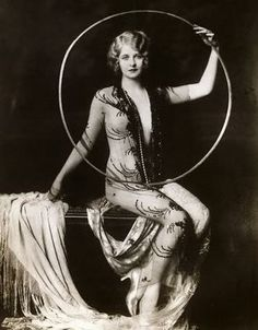 Photos from the early of the mysterious 'Hula Hoop' girls of the Ziegfeld Follies Vintage Glamour, Vintage Beauty, Burlesque, Folies Bergeres, Ziegfeld Follies, Ziegfeld Girls, Flow Arts, Rockabilly, Vintage Circus