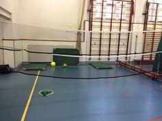 """Chaos voet/volleybal. 2 vs 2. 2 volleyballen en 1 voetbal. Volleybal moeten geslagen worden over het net. Voetbal moet geschoten worden onder het net. Staande matten voor voetbal. Liggende matten voor volleybal. """"Via"""" telt niet. Puntentelling dmv zakjes in de hoepel"""