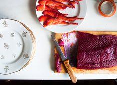 Si tu es aussi ébloui(e) que moi à la vue de la superbe couleur qu'une betterave peut mettre dans une assiette, cette recette est pour toi. Le gravlax nous vient de nos amis Suédois. On marine du poisson ultra frais, pour obtenir du sucré-salé à partager entre gourmands. Le top c'est d'amener le poisson entier …