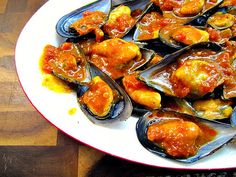 Mejillones a la vizcaina | PUNTIYO | Flickr Spanish Dishes, Spanish Food, Spanish Kitchen, Finger Food Appetizers, Finger Foods, Basque Food, Madrid Food, Spicy Dishes, Salty Foods