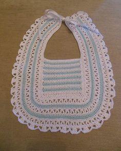 Babero tejido en crochet Crochet Baby Bibs, Crochet Baby Clothes, Crochet Yarn, Crochet Toys, Baby Knitting, Free Crochet, Baby Patterns, Crochet Patterns, Pinterest Crochet